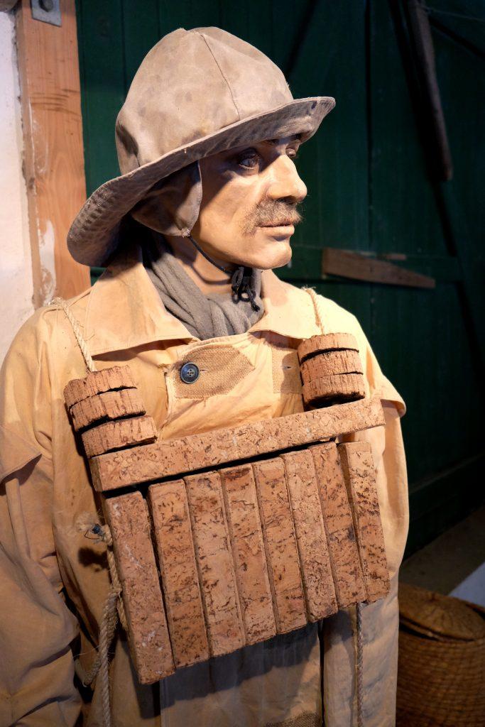 Sø- og redningsfolks beklædning, redskaber til fiskeri og vraggods fra skibe kan man opleve og finde ny viden om i udstillingen.