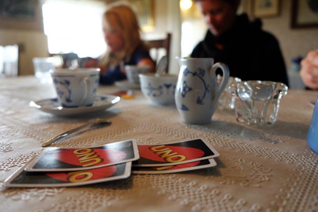 Kaffe og et slag UNO i kaffestuen.