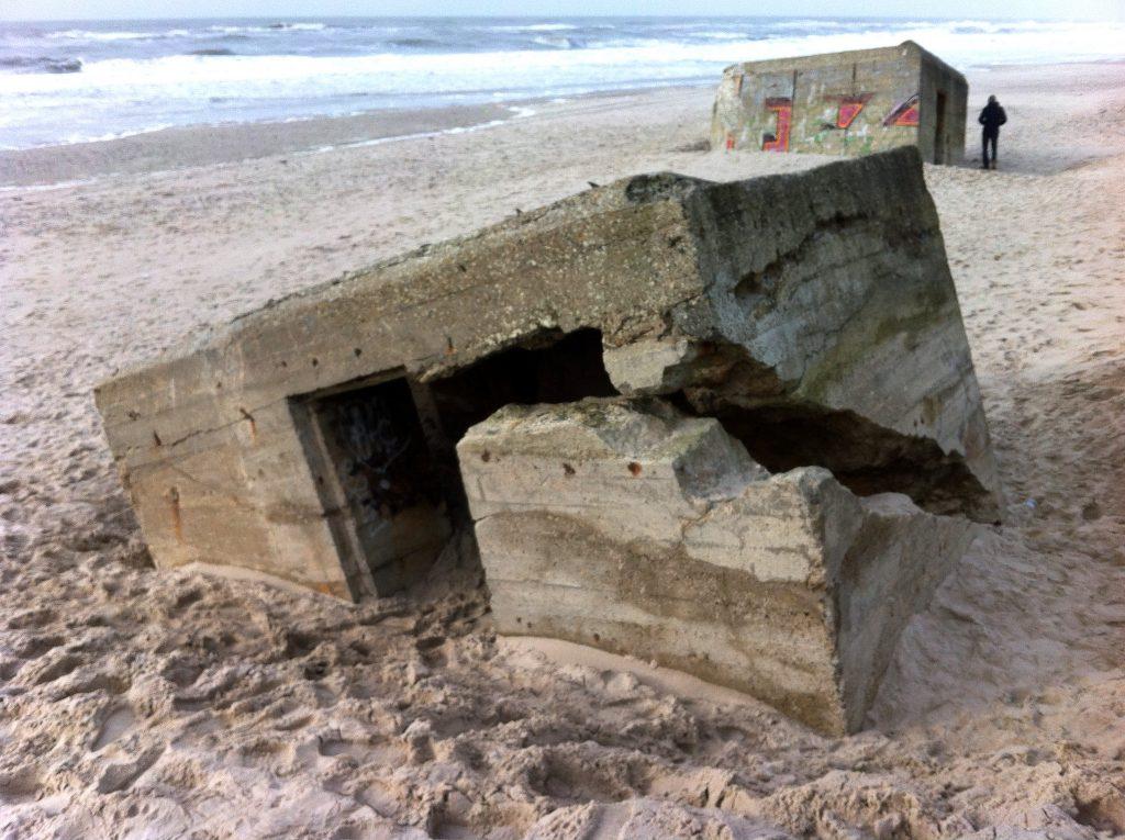 Knæk! De nu eksponerede betonbunkers indbyder til udforskning, klatring og en tanke tilbage på andre tider i Danmark.