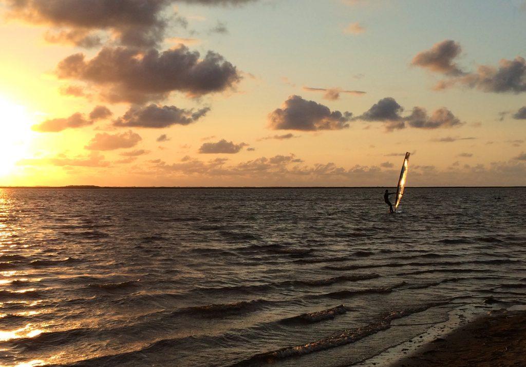 Aftensurfing i solnedgangen er en oplevelse ud over det sædvanlige.