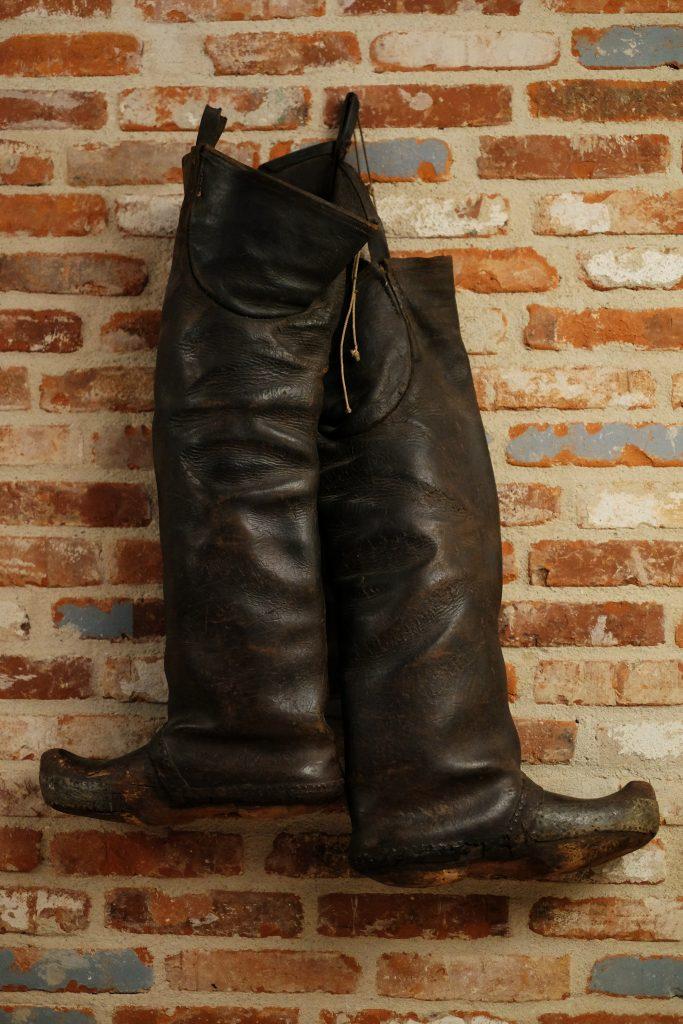 Fiskerstøvler på væggen er en af de stemningsskabende artefakter, man kan finde på Restaurant Stauning Havn.